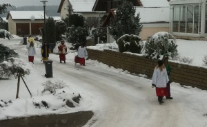 The three wise men set off to visit the neighborhood.