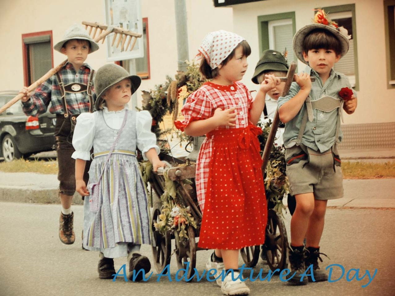 Children participate in the almabtrieb parade