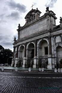 This fountain, known as the Fontanone (big fountain) is the Fontana dell'Acqua Paola. It was built in 1612 to commemorate the completion of an aqueduct bringing fresh water to Trastevere.